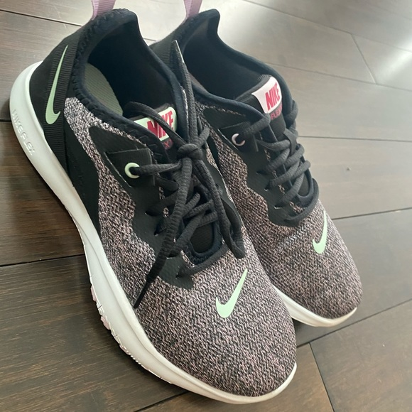 Women's Shoes Nike size 7 NEW